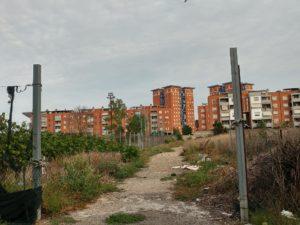 Uno scorcio dei palazzoni in Via Pionieri della Bonifica, a Campo Boario (Latina). Un quartiere difficile che sconta la presenza dei Di Silvio