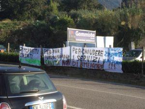 Striscioni di protesta contro Zingaretti e Casati