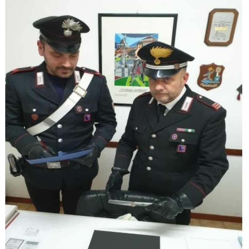 Carabinieri con l'arma del delitto
