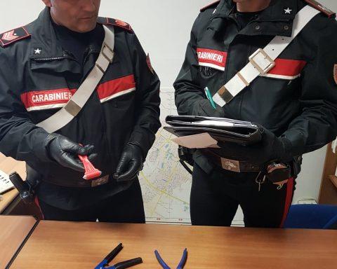 Carabinieri con gli attrezzi da scasso sequestrati