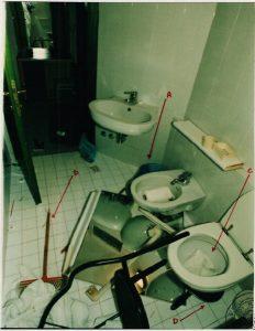 Il bagno della stanza d'hotel di Pantani ritrovata a soqquadro nel momento del ritrovamento del cadavere