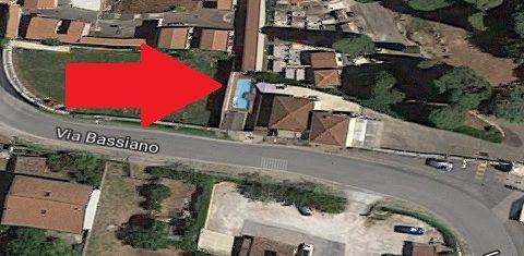 La piscina sul terreno comunale. Sicuramente fino a poco tempo fa si trovava nel perimetro della casa del custode