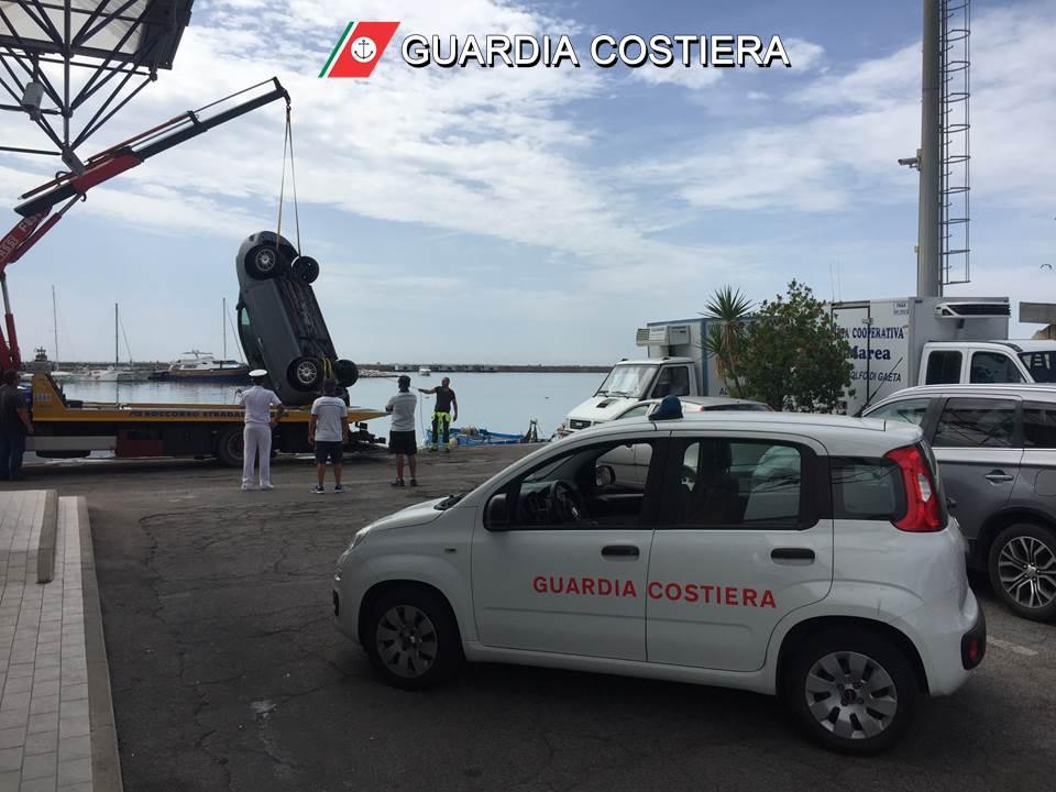 L'auto finita in mare al porto di Formia