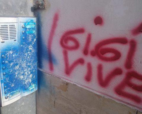 Un citofono di Via Marchiafava danneggiato dall'azione vandalica