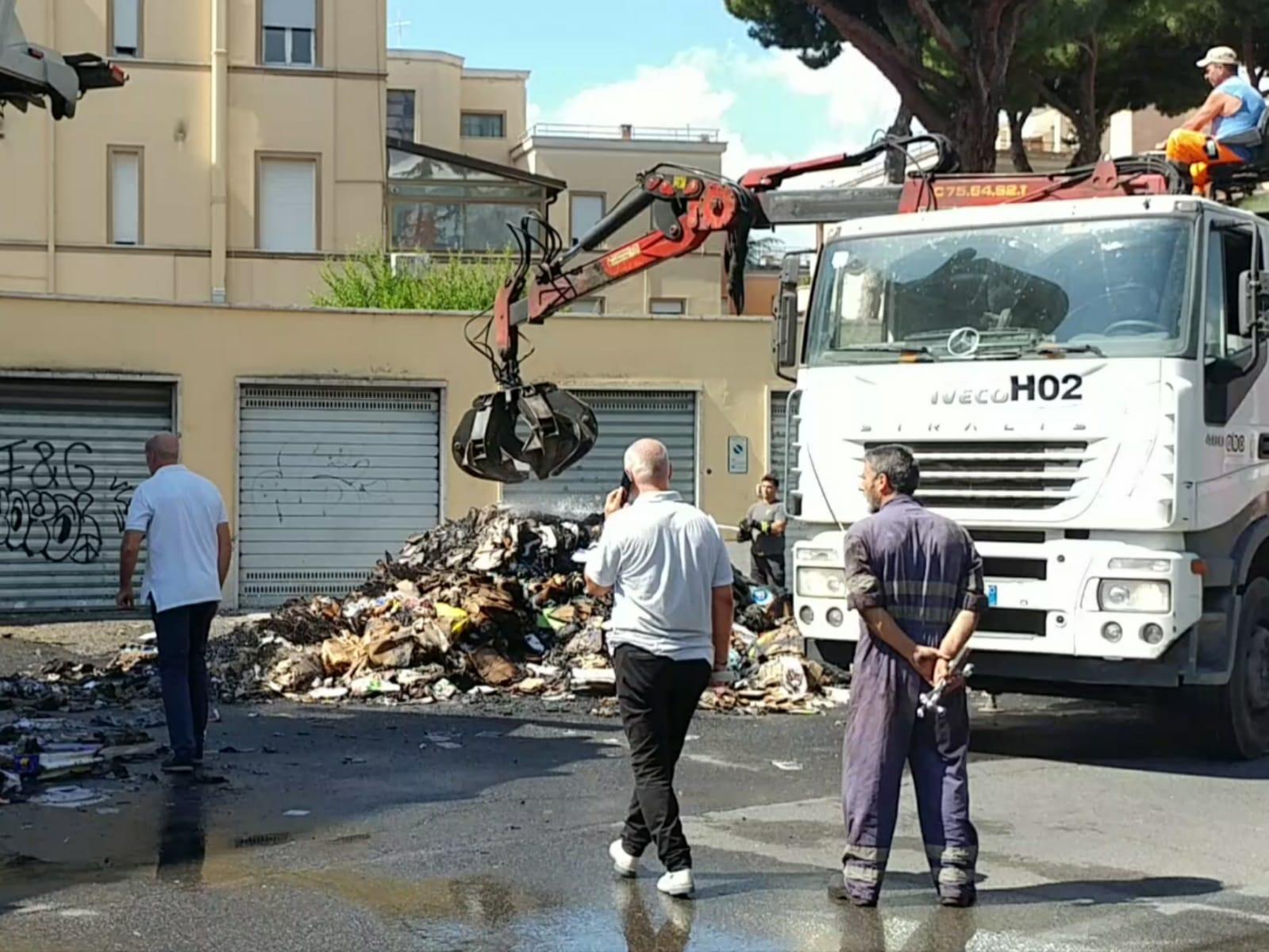 Le operazioni di raccolta dei rifiuti dopo che il mezzo di Abc è andato a fuoco