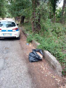 Alcuni dei rifiuti trovati dalla task force a Santi Cosma e Damiano