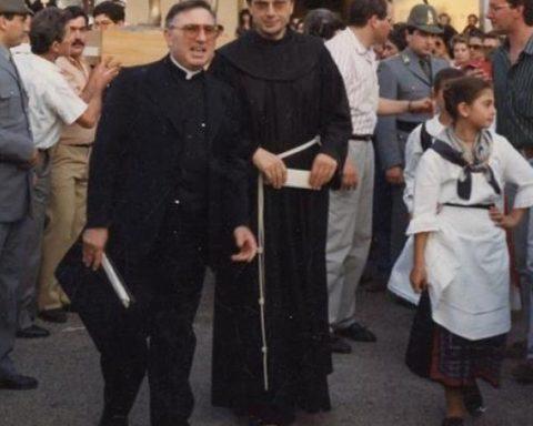 Don Luigi Mancini, a sinistra nella foto