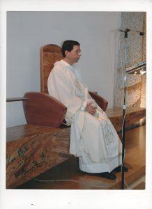 Don Gaetano Manzo su sedia pontificale