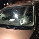Parabrezza dell'auto colpita da una pietra lanciata dal cavalcavia di Via Guardapasso sopra la SR Pontina