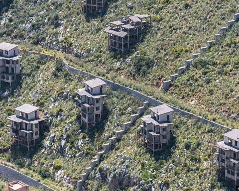"""Pizzo Sella, zona di Palermo ribattezzata come la """"collina del disonore"""" per le numerose opere di abusivismo edilizio"""