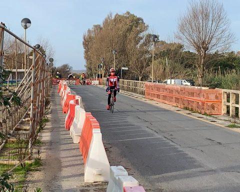 Ciclisti in transito sul Ponte Mascarello chiuso, nonostante l'ordinanza (domenica mattina 15-12-2019)