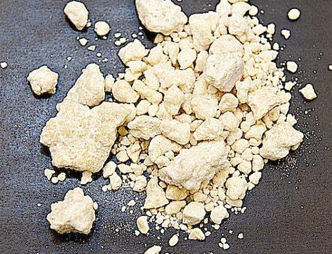In foto la sostanza denominata crack