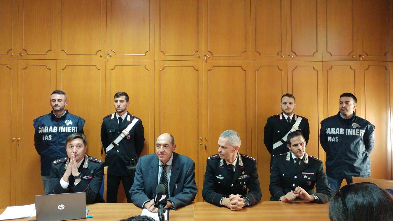 Uno dei momenti della conferenza stampa per l'indagine Certificato pazzo