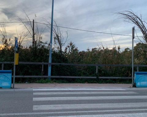 La staccionata di Via del Lido: assi di legno senza trattamento in attesa della sistemazione definitiva che, dopo un anno e mezzo, non è ancora stata avviata