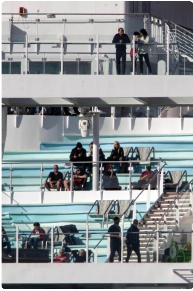 Alcuni passeggeri a bordo della Costa Smeralda in attesa di sbarcare (foto Rainews)