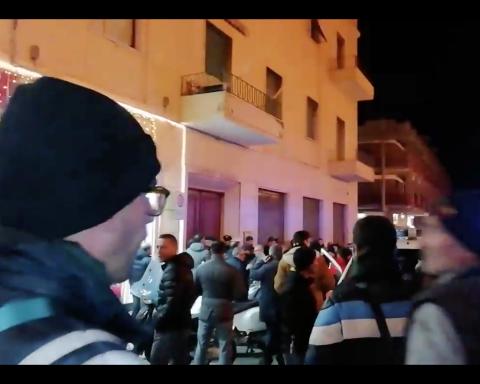 La folla dei cittadini accorsi di fronte al palazzo del triplice omicidio-suicidio avvenuto quest'oggi a Formia, in piazza Mattei