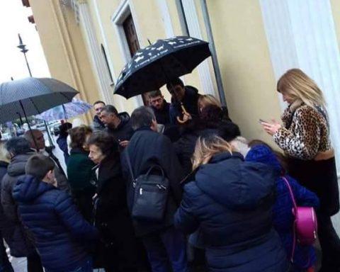 Raccolta firme, stamane 26 gennaio, contro l'ordinanza di sfratto dalla Casa dei Bambini, di fronte alla Chiesa Maria Santissima Immacolata di Scauri