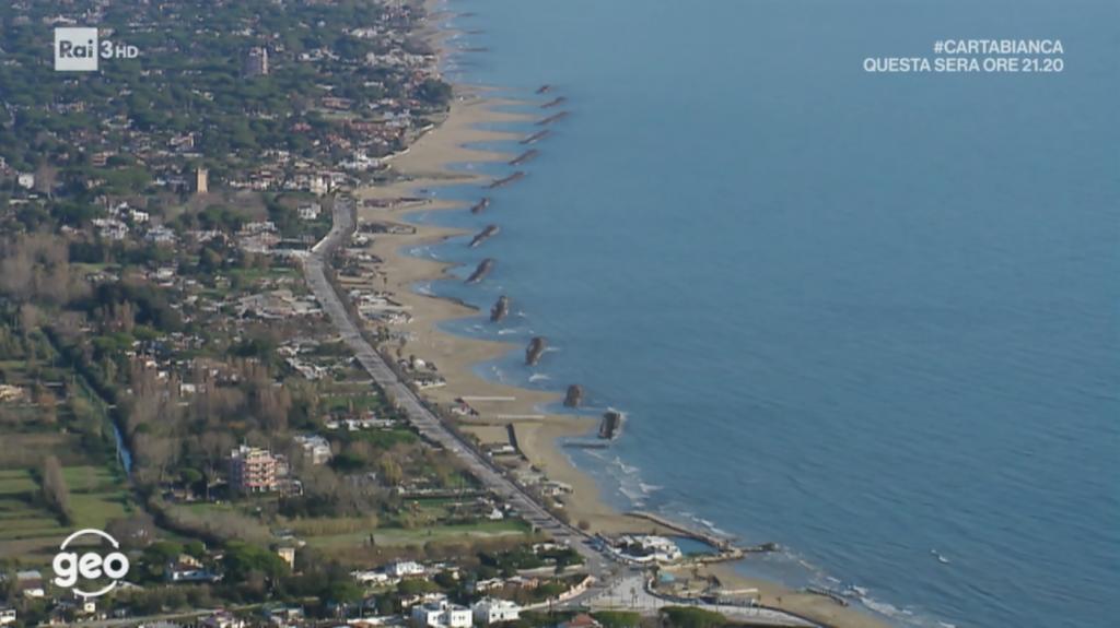 La spiaggia di San Felice Circeo soggetta ad esosione, sia per la realizzazione dei pennelli rigidi dia per i moli del porto che hanno modificato le correnti sotto costa