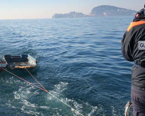 guardia costiera gaeta recupera due imbarcazioni alla deriva