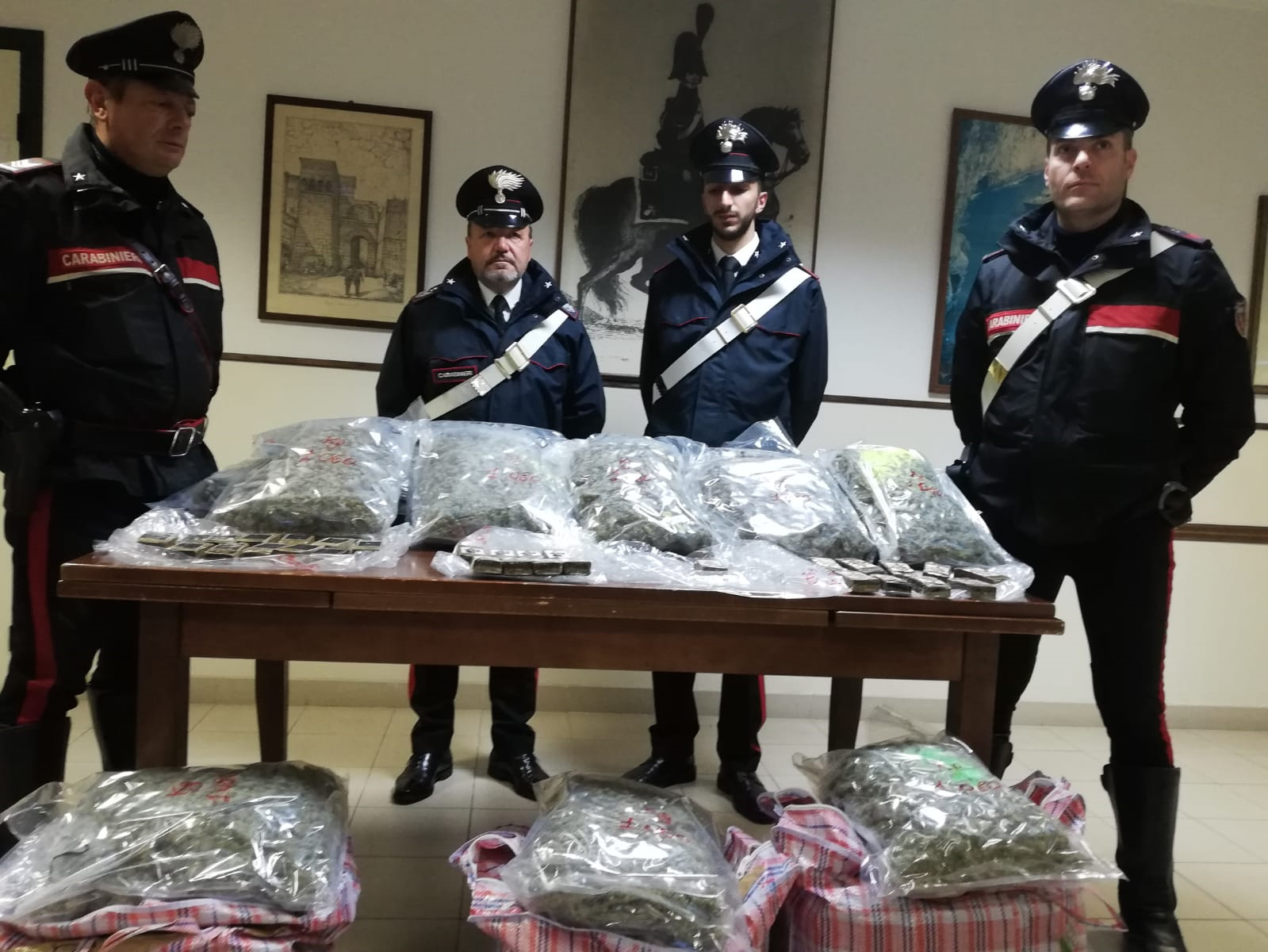 Gli stupefacenti sequestrati al 36enne: 27 kg di marijuana e circa 3 kg di hashish