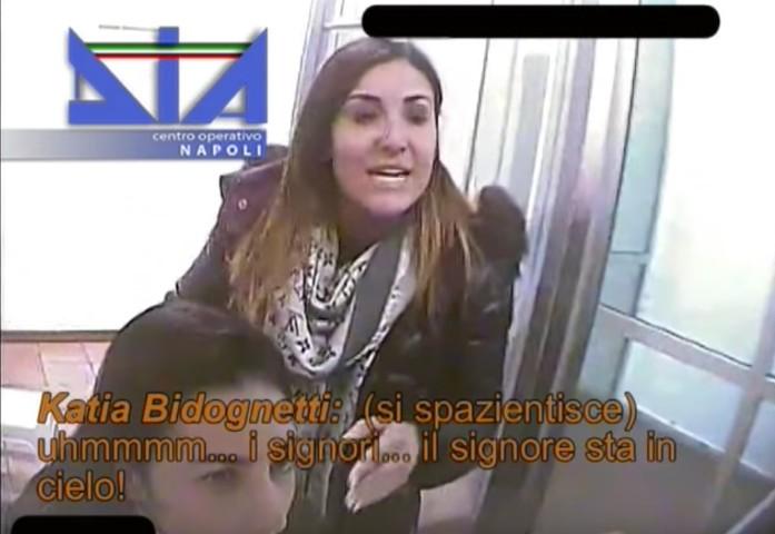 Katia Bidognetti (in piedi) e Teresa Bidognetti, figlie del boss di Francesco Bidognetti