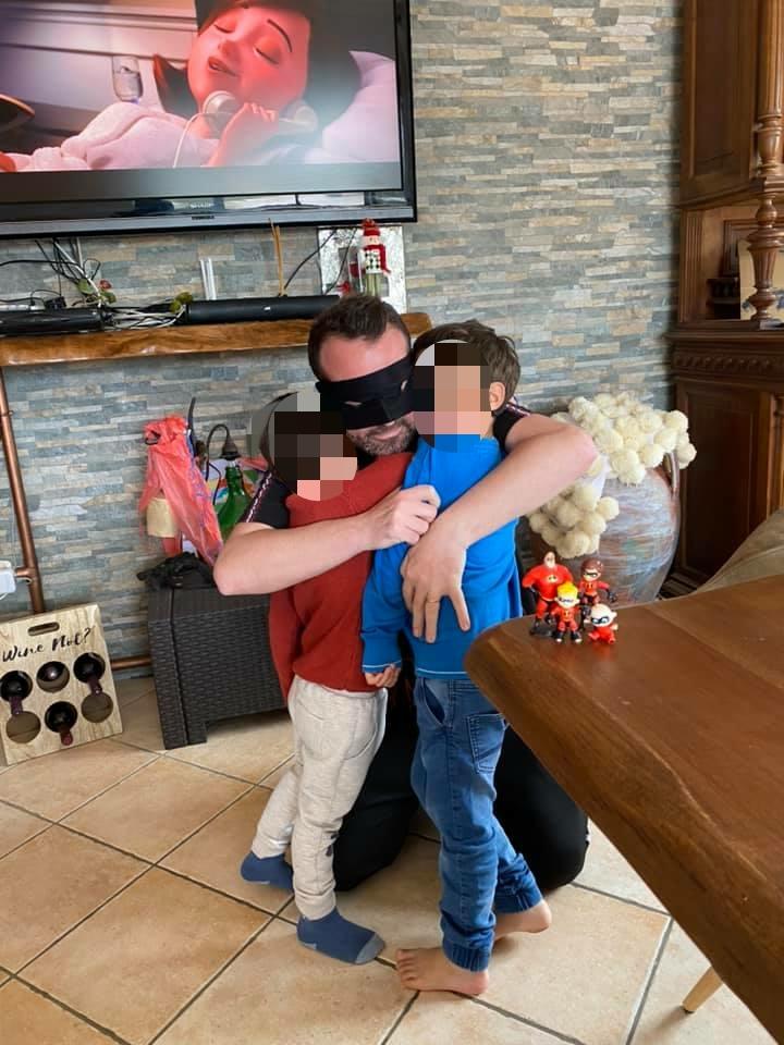 Fausto Russo riabbraccia i suoi bambini al ritorno a casa dopo un mese e mezzo