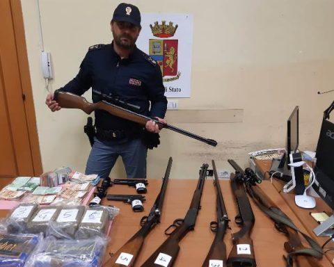 Il sequestro di armi e droga realizzato ieri dalla Terza e Quarta Sezione della Squadra Mobile di Latina: arrestati in tre insospettabili, in corso le indagini per risalire a un sodalizio che si presume essere molto più ampio