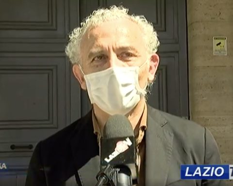 Damiano Coletta alla manifestazione dei commercianti che hano consegnato simbolicamente le chiavi