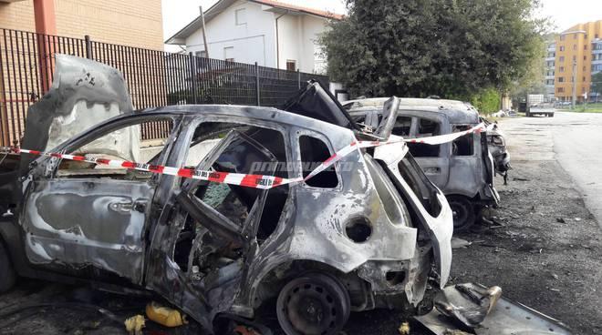 auto esplosa (foto d'archivio)