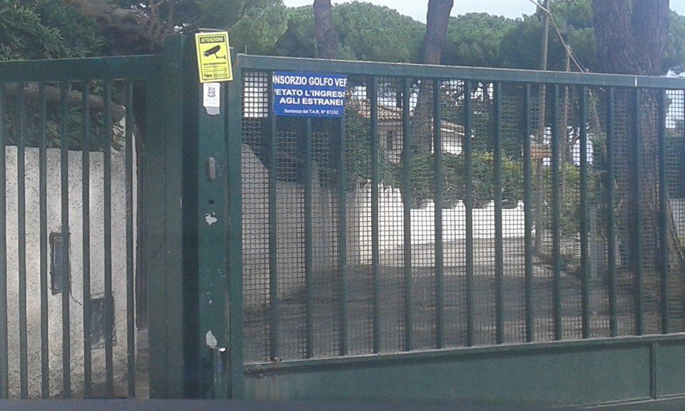 Come nella foto di copertina, un altro esempio di un cancello di un residence che ostacola l'accesso alla spiaggia. Sono innumerevoli i casi che possono essere individuati tra San Felice e Terracina: spesso sono stati oggetto di contenziosi di natura civile, ma la situazione è sempre la stessa da anni