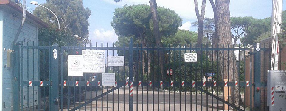 Uno dei cancelli che sbarrano l'accesso alla spiaggia sul litorale tra San Felice Circeo e Terracina
