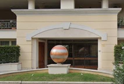 La sfera che caratterizza Via del Lido 60