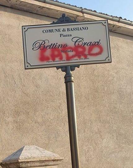 La targa di Craxi imbrattata a Bassiano