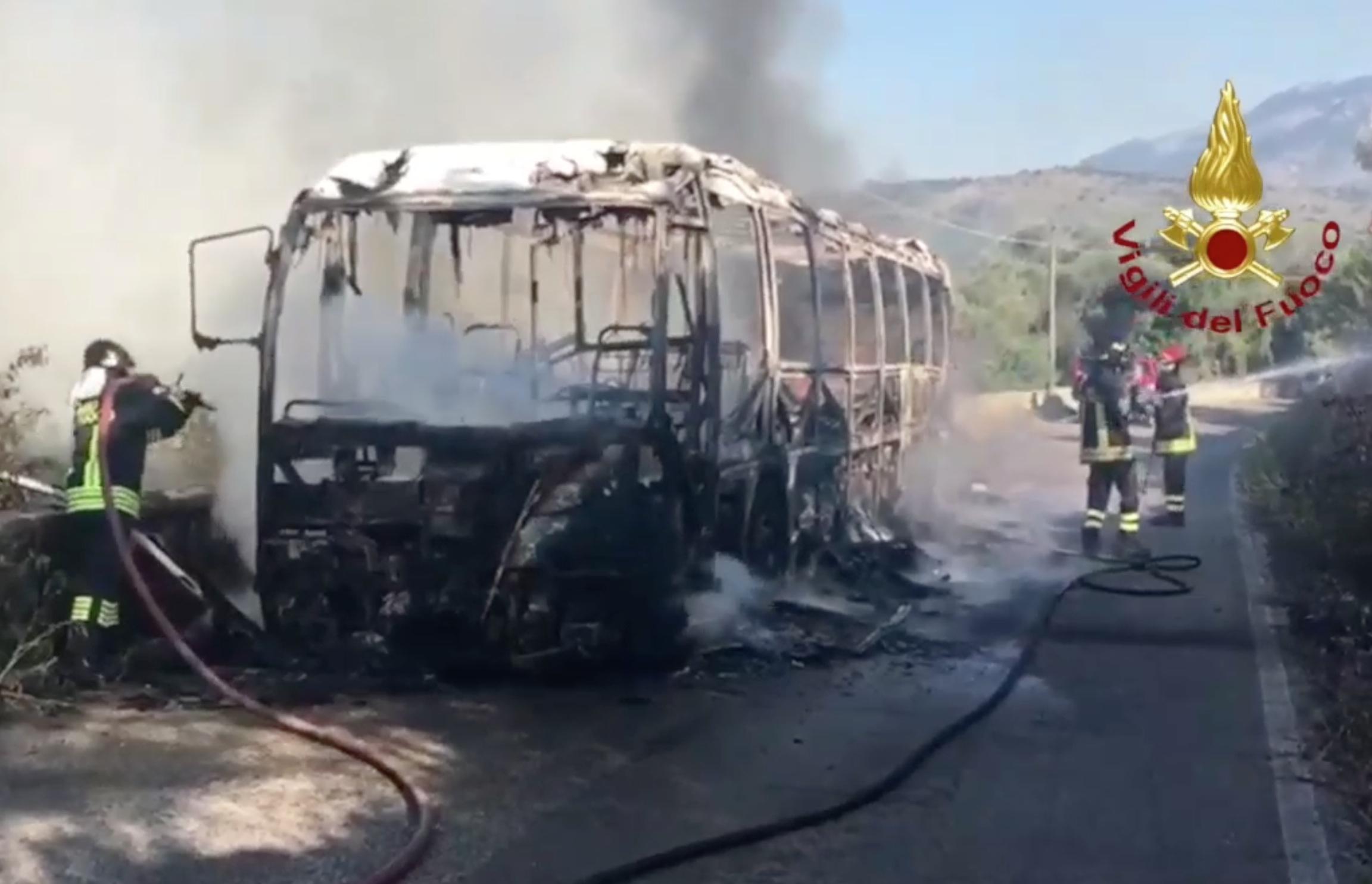 Autobus Cotral carbonizzato a Priverno