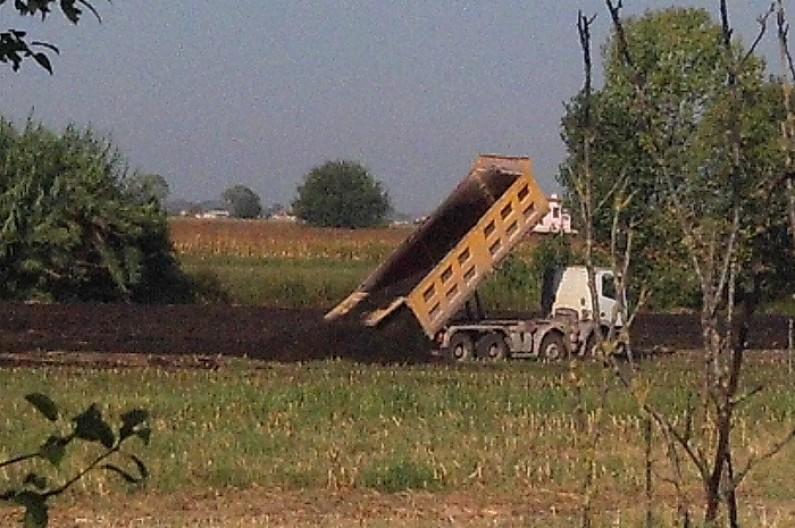 Sversamenti di compost a Pontinia (foto tratta dal pagina Facebook Comitato di Mazzocchio)