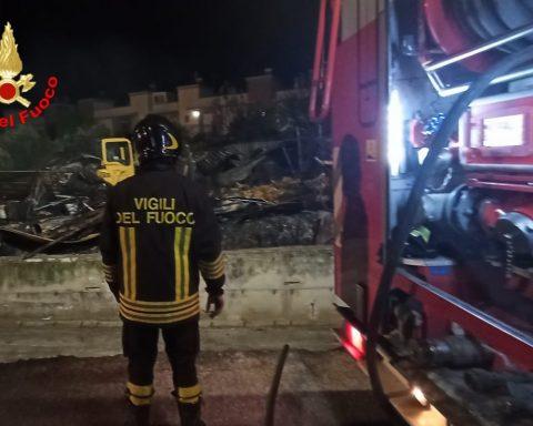Incendio deposito agricolo a Penitro