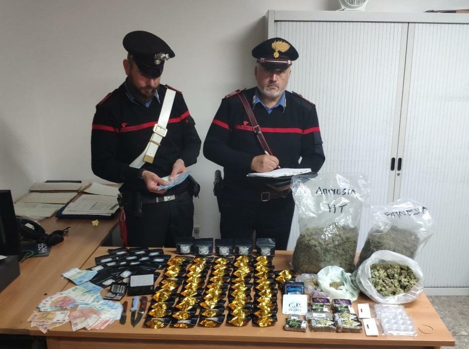 Materiale rinvenuto e sequestrato dai Carabinieri di Cisterna di latina.