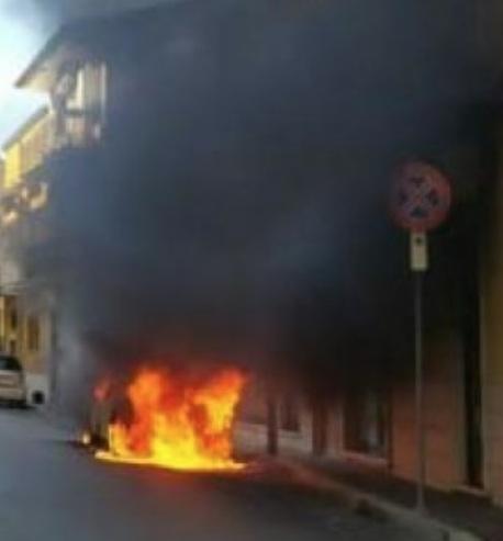 Auto in fiamme a Fondi