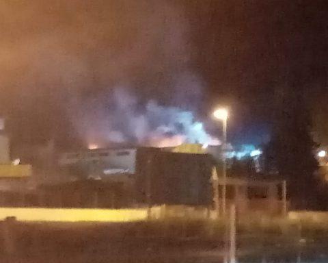 Incendio Splash: foto scattata nella tarda sera del 9 settembre. Le operazioni di spegnimento sono durate circa 27 ore