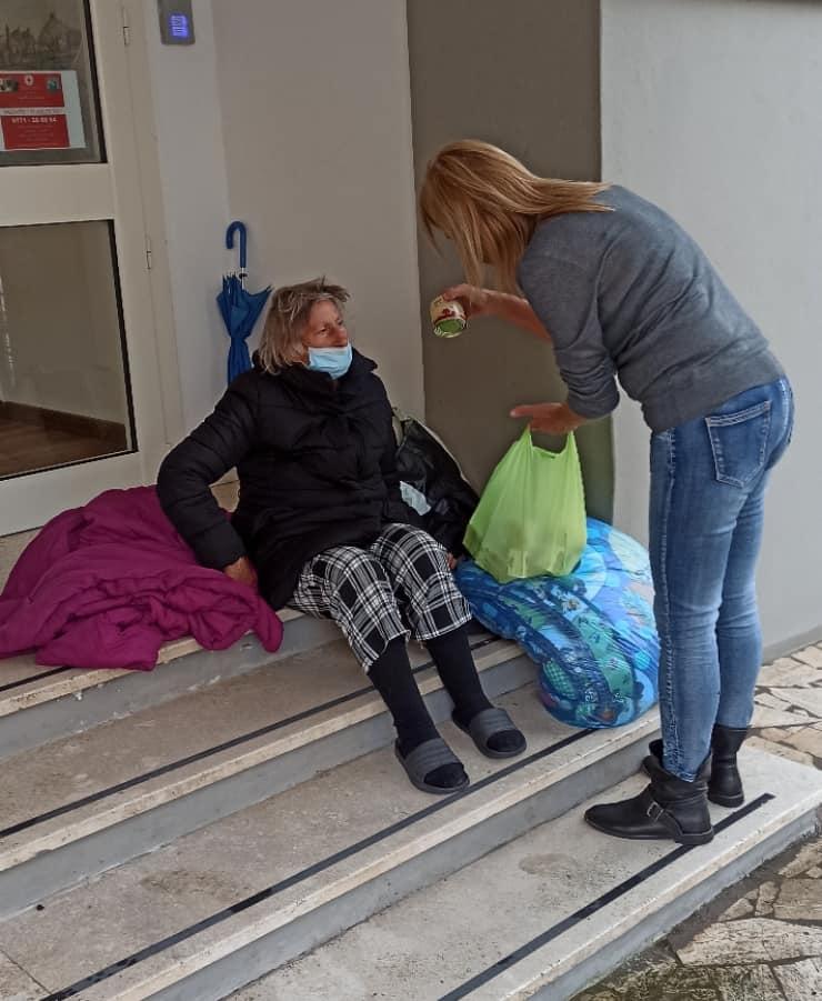 La donna accudita dalla Croce Rossa a Gaeta