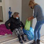La donna accudita dalla Croce Rossa a Gaeta2