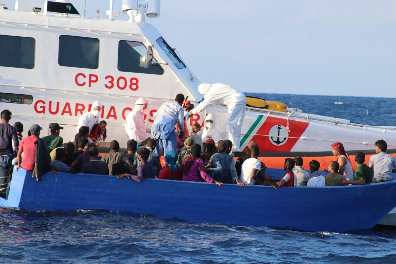 La motovedetta CP 308 impegnata in operazioni di soccorso.