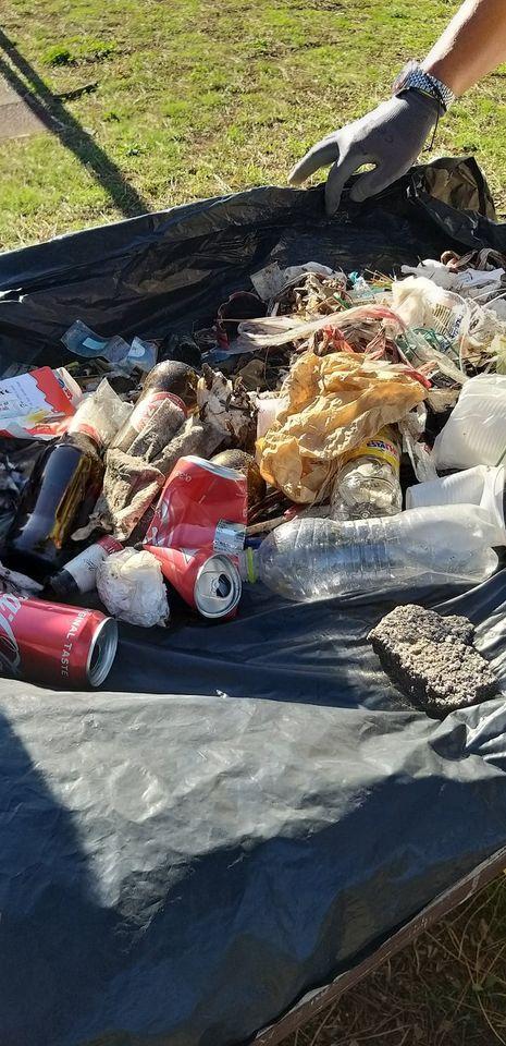 Alcuni dei rifiuti raccolti da Legambiente
