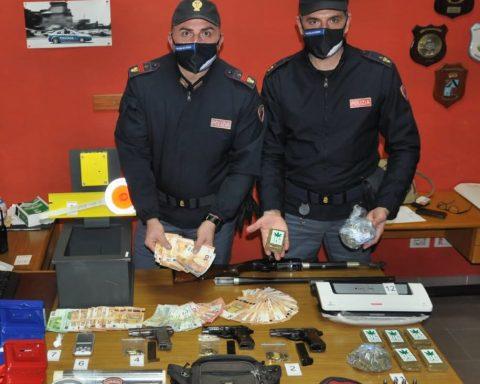 Il materiale rinvenuto dalla Squadra Volante di Latina dopo aver arrestato Ranieri e Bonanni