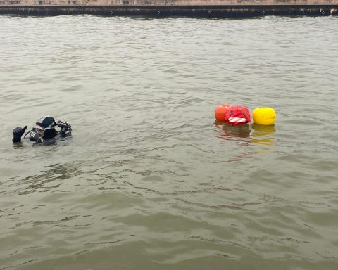 Il sommozzatore della Degli Stefani Costruzioni srl durante una immersione per i prelievi della sabbia