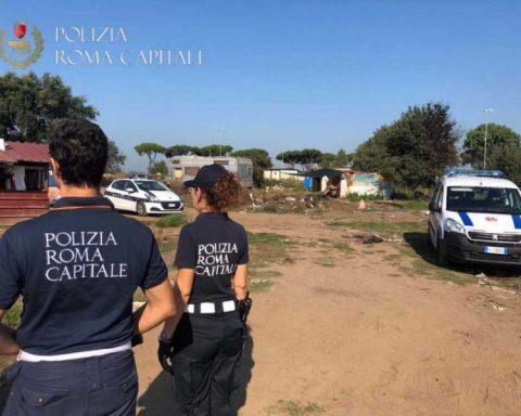 La Polizia di Roma Capitale nel campo rom di Castel Romano