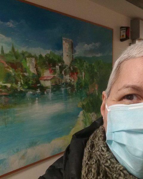 Simona Quinto davanti a un'opera di Francesco Paolo Martelli, pittore di Latina
