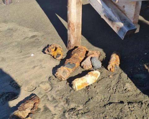 Gli ordigni ritrovati a Sabaudia dalla Polizia Locale. Il materiale bellico è apparso dopo le violente mareggiate che hanno colpito il litorale di Sabaudia