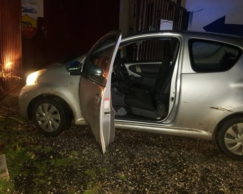 L'autovettura rubata, abbandonata dopo l'inseguimento