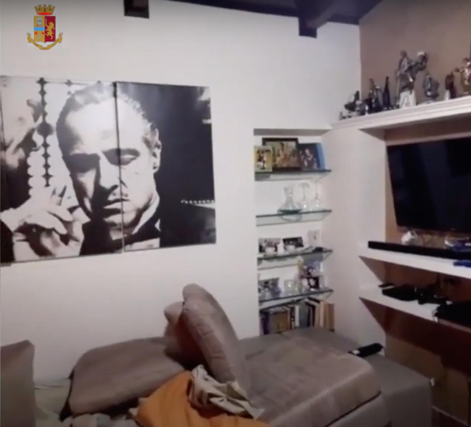 Il poster di Marlon Brando che interpreta Il Padrino dentro la casa di uno degli arrestati